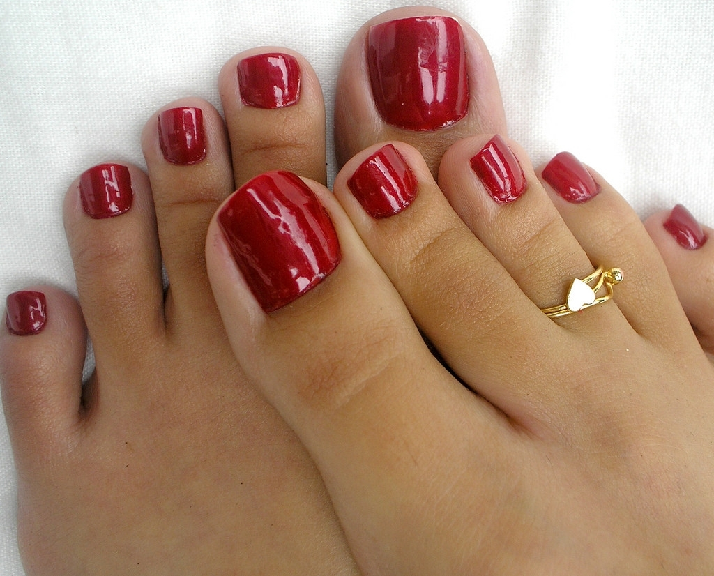 Red Toe Nails: C'est Joli Avec Des Pieds Bronzés | Foot Fetish Throughout Newest Cute Toe Rings (View 12 of 15)